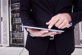 Uomo d'affari di toccare la tavoletta digitale — Foto Stock