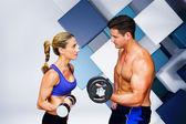 Casal de musculação contra azul e branco — Fotografia Stock
