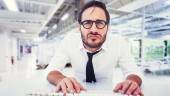 Business worker with reading glasses on computer — Stock Photo