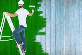 Homme sur la peinture à l'échelle avec rouleau — Photo
