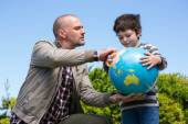 Father and son looking at map — Stock Photo
