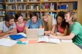 Studenti lavorano insieme in biblioteca — Foto Stock