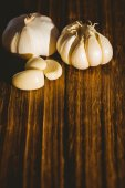 Garlic cloves and bulb — Stock Photo