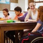 Profesor a un alumno con discapacidad — Foto de Stock   #73276279