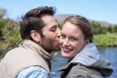 幸福的夫妇在湖 — 图库照片