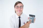 Geeky улыбающийся бизнесмен Показываю калькулятор — Стоковое фото