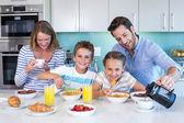 Gelukkige familie samen ontbijten — Stockfoto