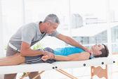 Medico che allunga il braccio del paziente — Foto Stock