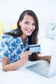 Güzel esmer yapıyor online alışveriş — Stok fotoğraf