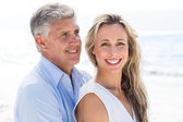 Couple standing by sea and hugging — Stock Photo