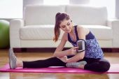 Fit woman stretching on exercise mat — Stock Photo