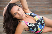 Mooie brunette liggen in badmode — Stockfoto