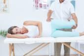 Läkare sträcker benet patienter — Stockfoto