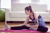 Přizpůsobit žena protahování na podložce cvičení — Stock fotografie