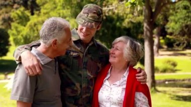 Soldier reunited with his parents — Stock Video