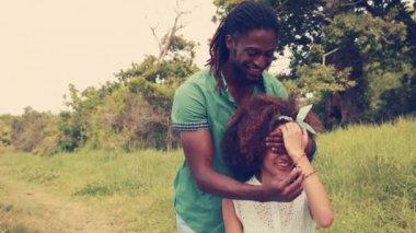 Kız arkadaşına evlenme genç adam — Stok video