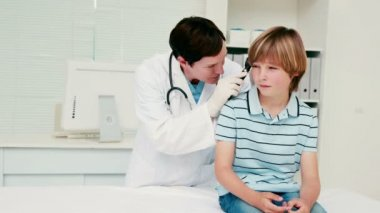Doctor examining her patient — Stock Video