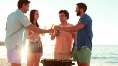 Smiling friends cooking barbecue on the beach — Stock Video
