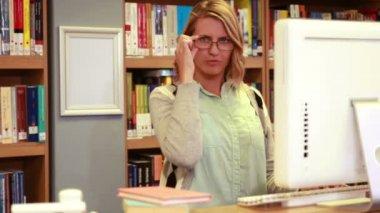 Focus librarian using computer — Stock Video