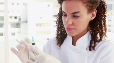 Pretty doctor preparing syringe — Stock Video