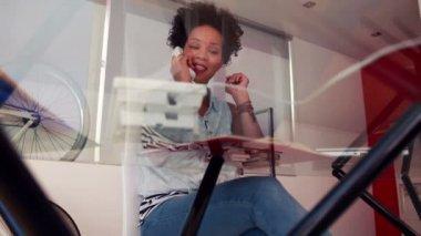 携帯電話に答えて幸せな学生 — ストックビデオ