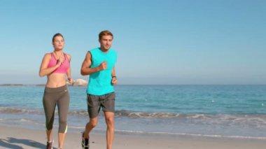 Par jogging på stranden — Stockvideo