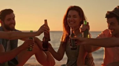 Friends drinking beer at the beach — Stock Video