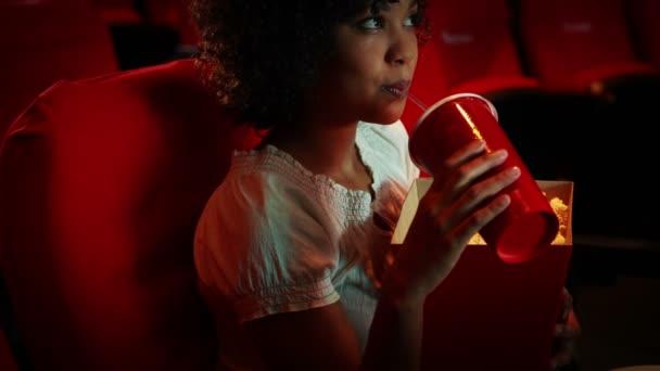 Mujer joven absorta viendo una película — Vídeo de stock