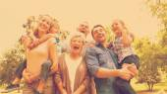 Vrolijke uitgebreide familie in het park — Stockfoto