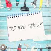 Swój dom, swój sposób przeciwko narzędzia i notatnik na drewniane backgrou — Zdjęcie stockowe