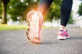 Os du pied en surbrillance du jogging femme — Photo