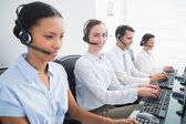 Geschäftsleute mit Computer-headsets — Stockfoto