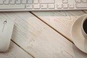 Beyaz klavye ve kahve — Stok fotoğraf