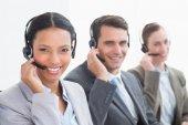 Empresarios con auriculares usando computadoras — Foto de Stock
