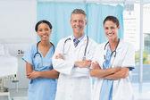 Kendine güvenen erkek ve Bayan doktorlar — Stok fotoğraf