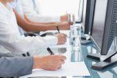 Vergrößerte Ansicht der Geschäftsleute, die auf Papier schreiben — Stockfoto
