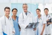 X-ışını inceleyerek erkek ve kadın doktorlar — Stok fotoğraf
