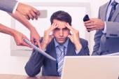 Martwi się biznesmen z głową w ręce — Zdjęcie stockowe