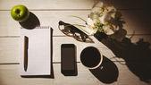 记事本和智能手机的开销出手 — 图库照片