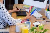 Casual businesswoman looking at colour swatch — Stock Photo