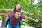 Otec a dcera baví v parku — Stock fotografie