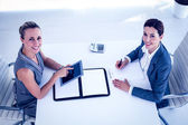 Birlikte masa başında çalışan iş kadınları — Stok fotoğraf