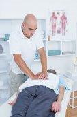 Faire le massage du dos de kinésithérapeute — Photo