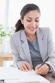 Χαμογελώντας επιχειρηματίας γραφής σημειώσεις — Φωτογραφία Αρχείου