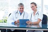 Leende läkare arbetar tillsammans — Stockfoto