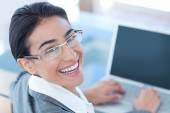 Usměvavá moderátorka pomocí přenosného počítače — Stock fotografie