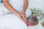 Fysiotherapeut doen nek massage aan zijn patiënt — Stockfoto
