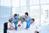Tým lékařů, pracovat na notebooku — Stock fotografie