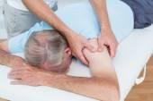 Fysiotherapeut doen schouder massage aan zijn patiënt — Stockfoto