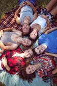 Amici felici nel parco che ha picnic — Foto Stock